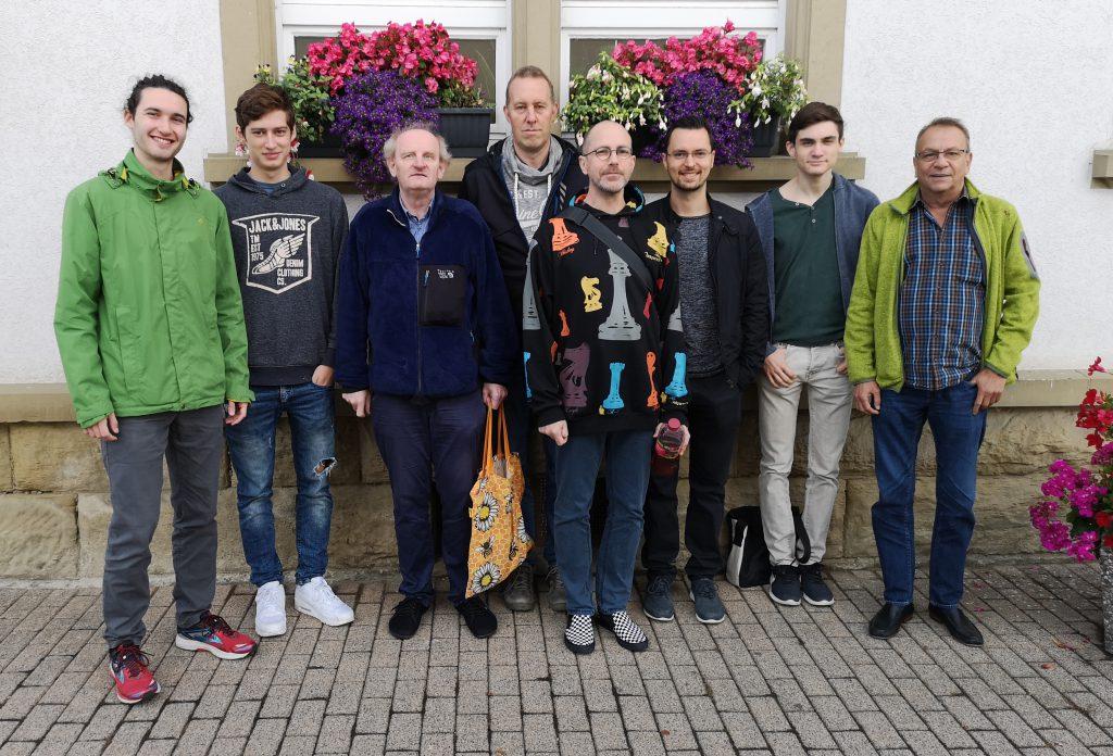 Mühlhausens Zweite Petunien-umkränzt: Christopher Jakob, Dimitri Hafner, Alexander Gabriel, Oliver Wildenstein, Holger Mairon, Till Geberth, Michael Fritschle, Ernst Deinhardt (v.l.).
